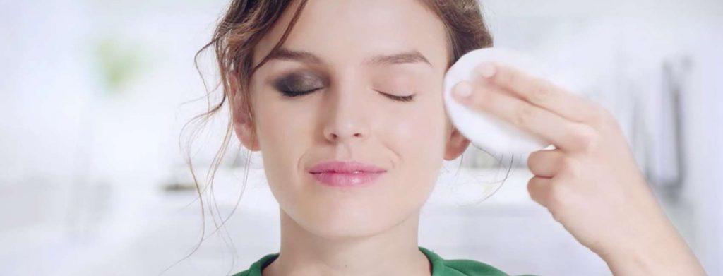 mulher tirando a maquiagem