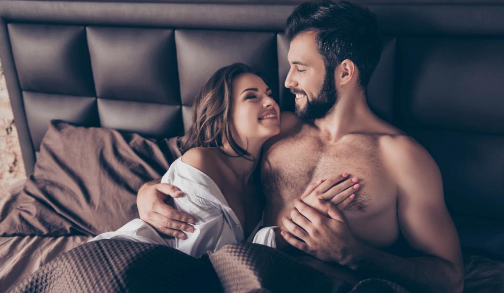 casal na cama